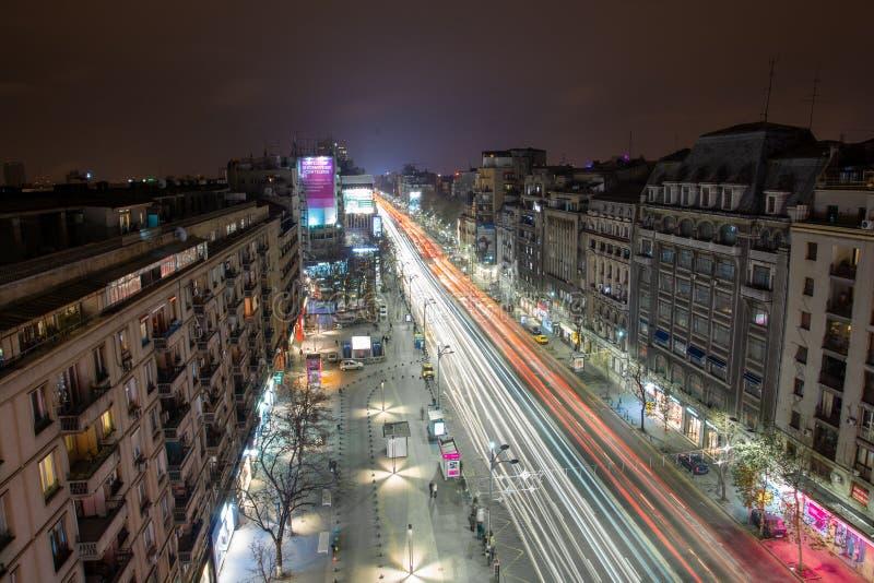 Centre de paysage urbain de nuit de Bucarest dans le boulevard de Magheru images libres de droits