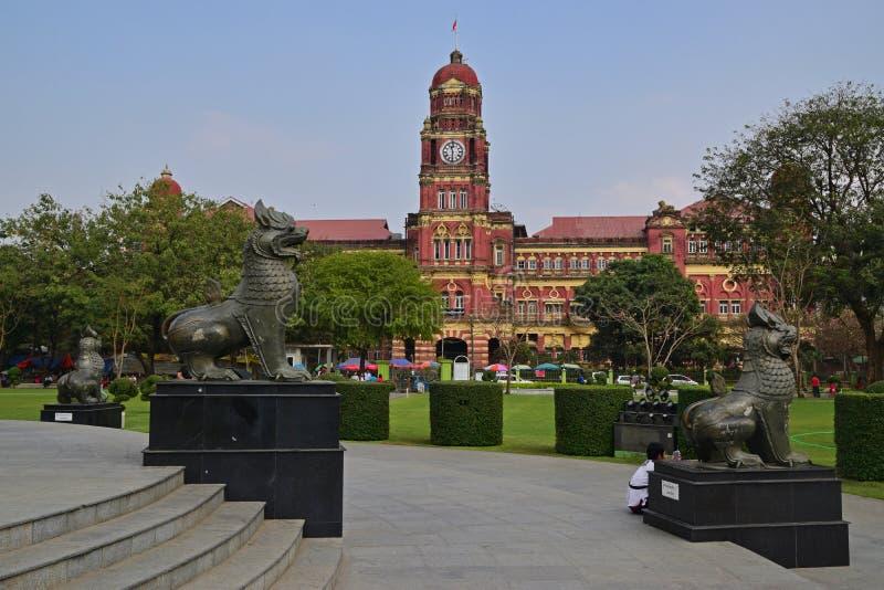 Centre de place de Maha Bandula Garden avec l'ancien bâtiment de Cour Suprême à l'arrière-plan photos stock