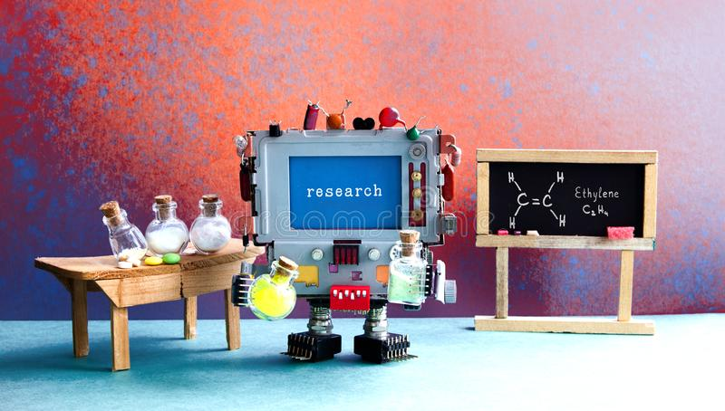 Centre de recherche de laboratoire de chimie de Pharamacy Robot avec le verre chimique Tableau noir, table en bois et réactif images stock