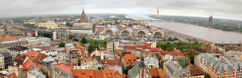 Centre de Riga de panorama avec la rivière de dvina occidentale images libres de droits