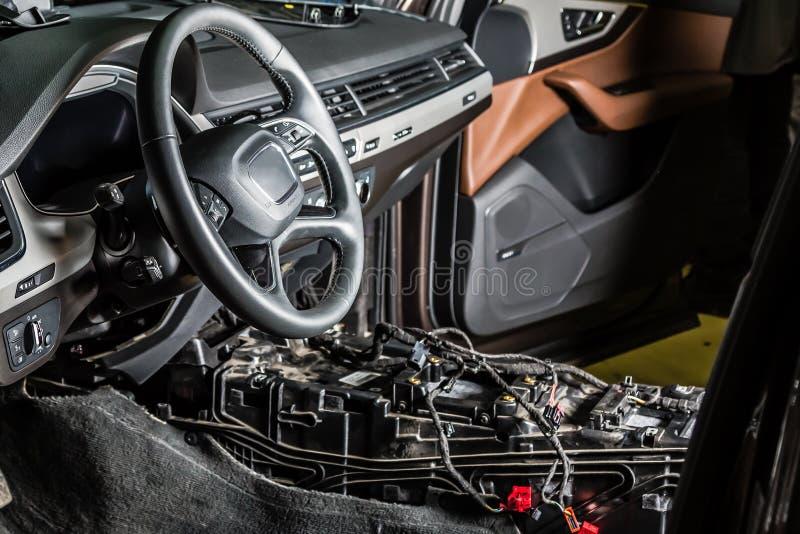 Centre de service des réparations de voiture Intérieur démantelé de voiture de SUV allemand Vérifiez le câblage de voiture Chaise image stock