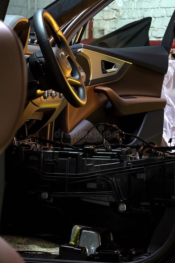 Centre de service des réparations de voiture Intérieur démantelé de voiture Vérifiez le câblage de voiture Chaises enlevées, équi image stock
