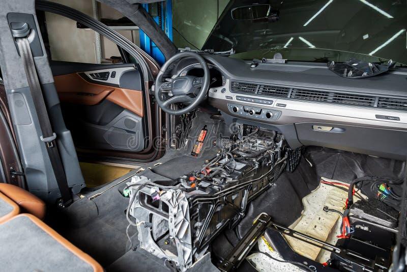 Centre de service des réparations de voiture Intérieur démantelé de voiture Vérifiez le câblage de voiture Chaises enlevées, équi images stock