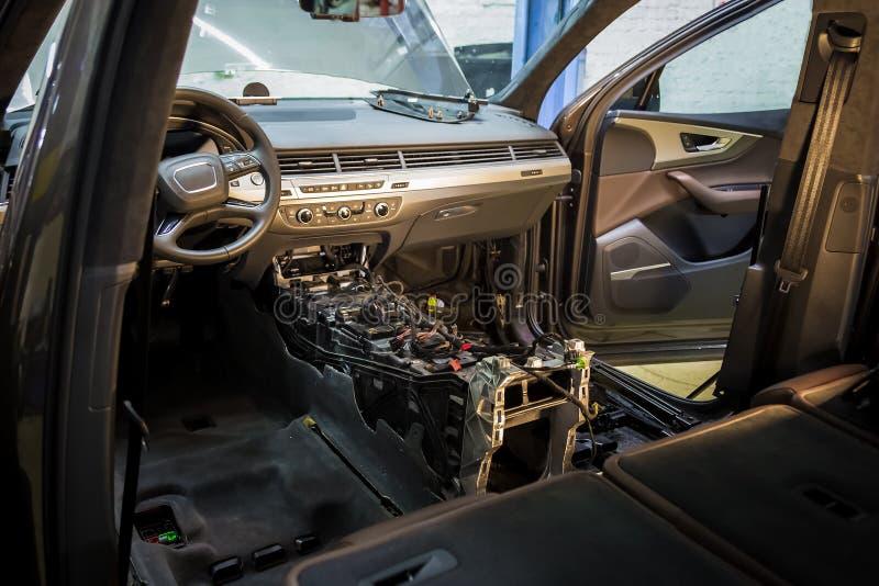Centre de service des réparations de voiture Intérieur démantelé de voiture Vérifiez le câblage de voiture Chaises enlevées, équi images libres de droits