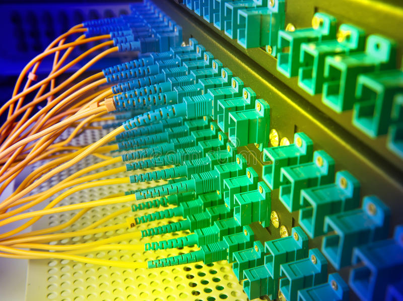 Centre de technologie avec l'équipement optique de fibre photographie stock