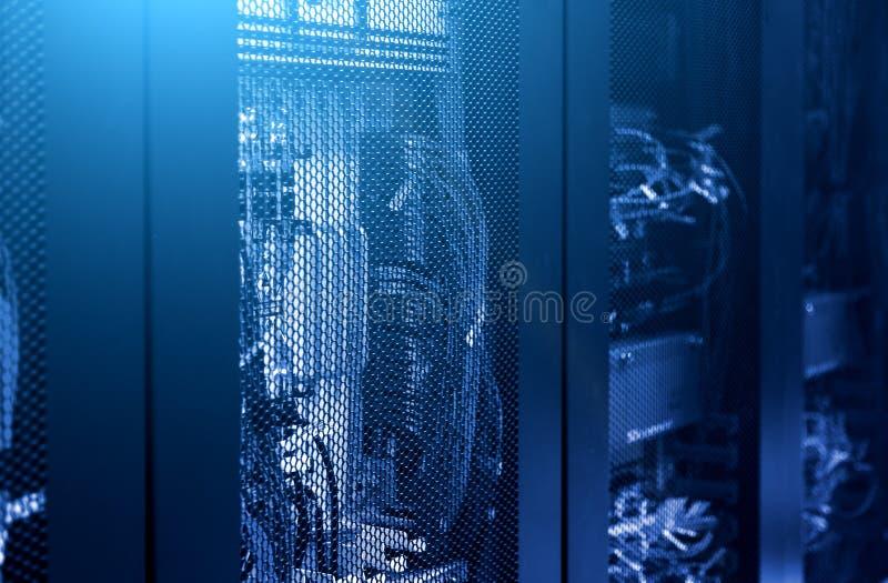 Centre de transmission haut étroit avec des stations de base de terminal cellulaire de données Tonalit? bleue Intérieur de statio photos stock