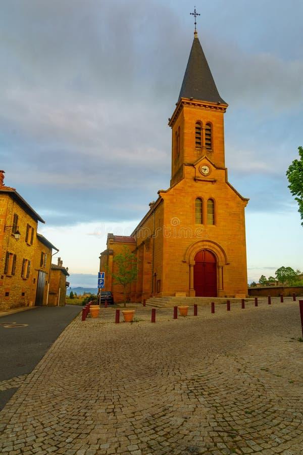 Centre de village et l'?glise, dans le moirage, Beaujolais photographie stock