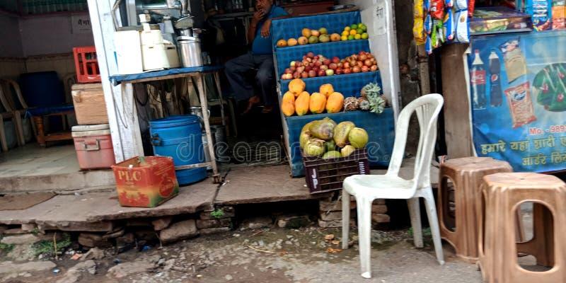 Centre indien de jus de rue au marché principal photo libre de droits