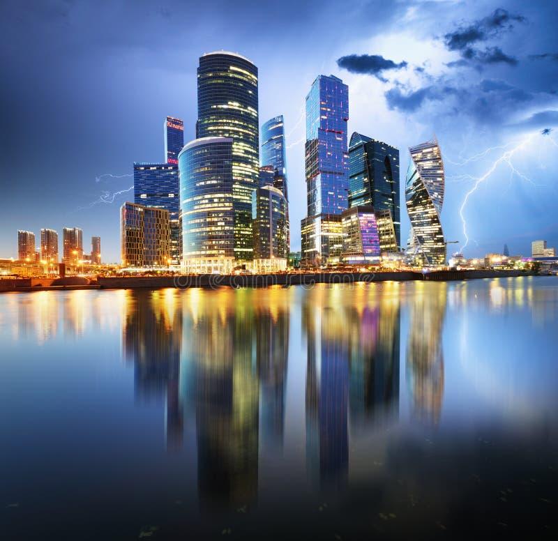 Centre international d'affaires de Moscou la nuit avec la tempête et la lumière photos stock