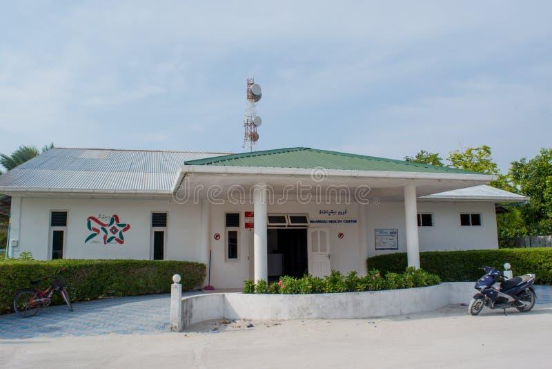 Centre médical situé dans le village à l'île tropicale Maamigili images stock