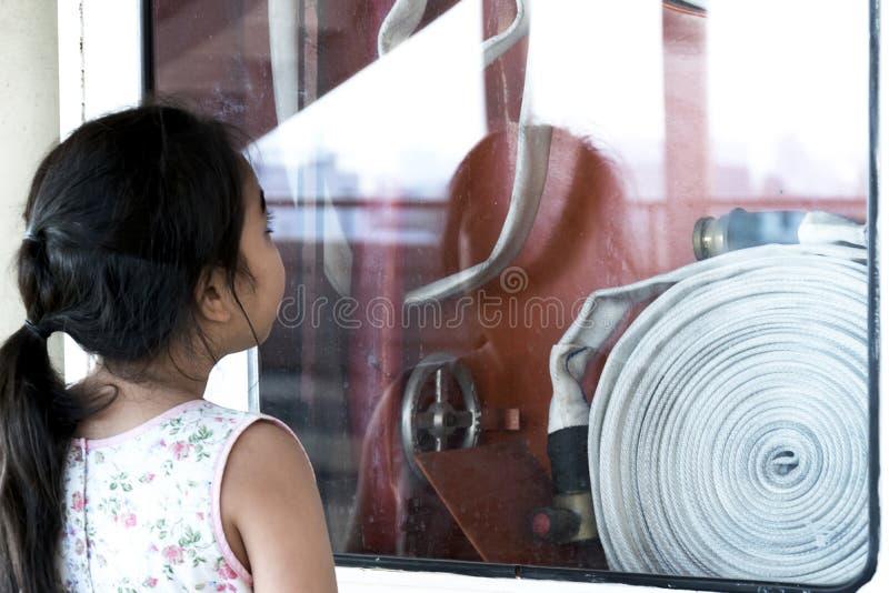 Centre mou de fille se tenant observant la bouche d'incendie photos libres de droits