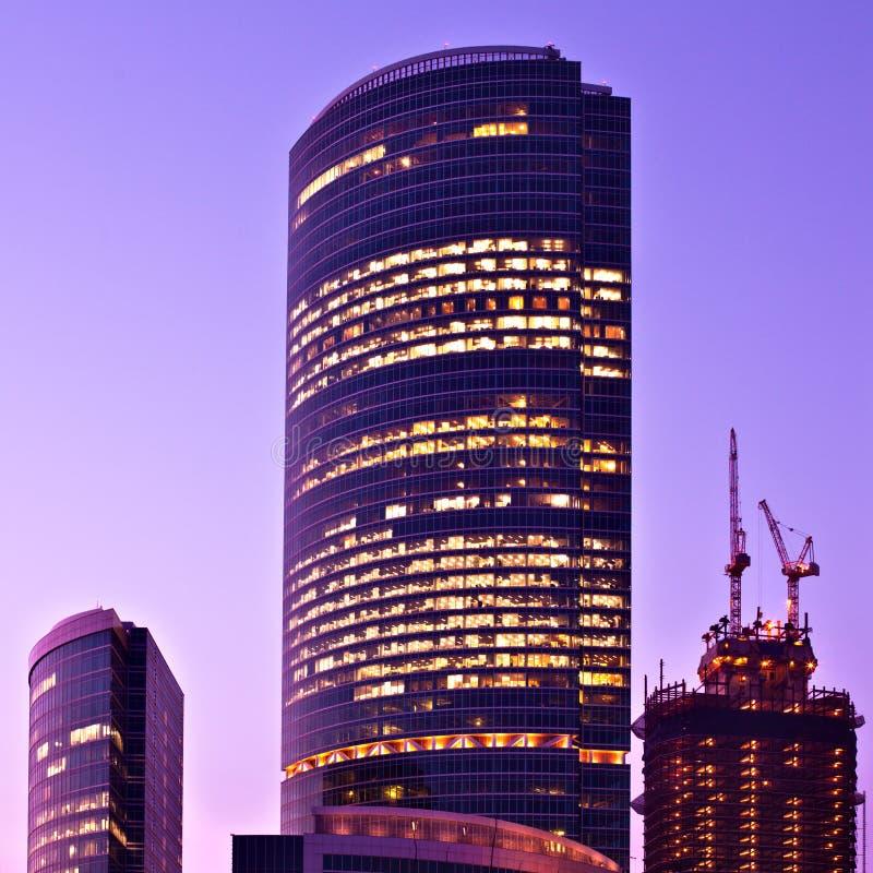 Centre neuf d'affaires de gratte-ciel photo libre de droits