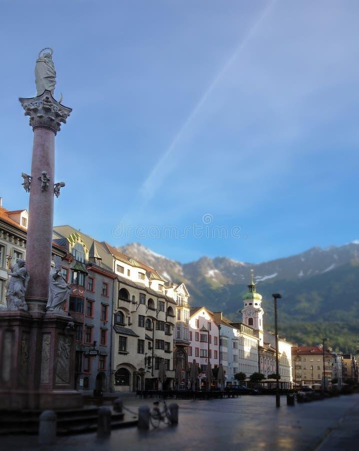 Centre notre statue de Madame et ville d'Innsbruck dans la vieille ville Innsbruck, Tyrol, Autriche photographie stock libre de droits