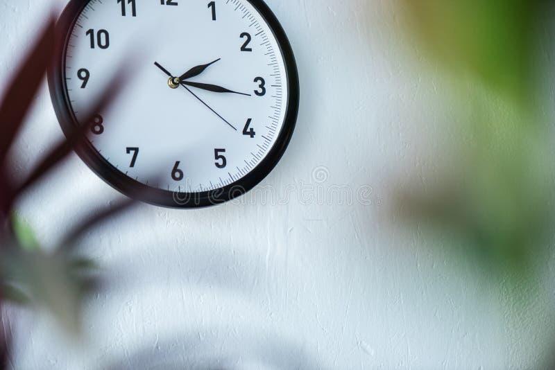 centre sélectif d'accrocher noir et blanc d'horloge image stock