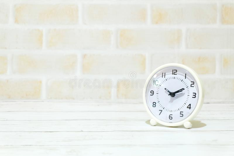 Centre sélectif d'horloge de table d'isolement avec l'espace de copie pour le texte Horloge de Tableau montrant à temps dix dix p photos stock