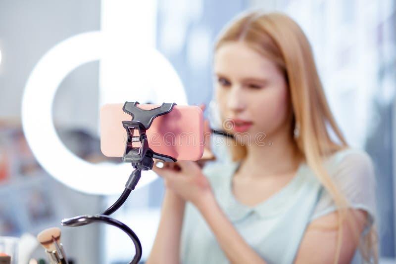 Centre sélectif d'un smartphone rose moderne photo libre de droits