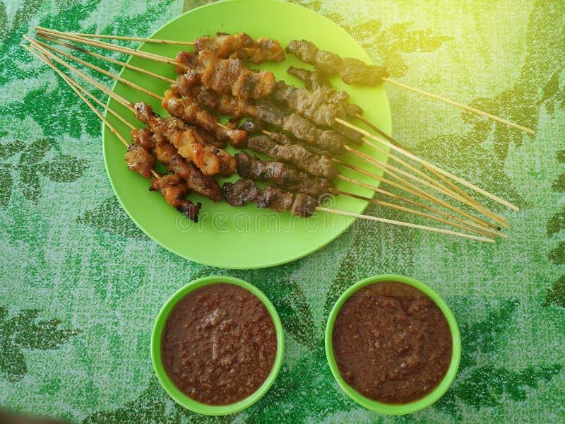Centre sélectif de boeuf malaisien et du poulet satay avec de la sauce délicieuse à arachide, un de plats locaux célèbres photo stock