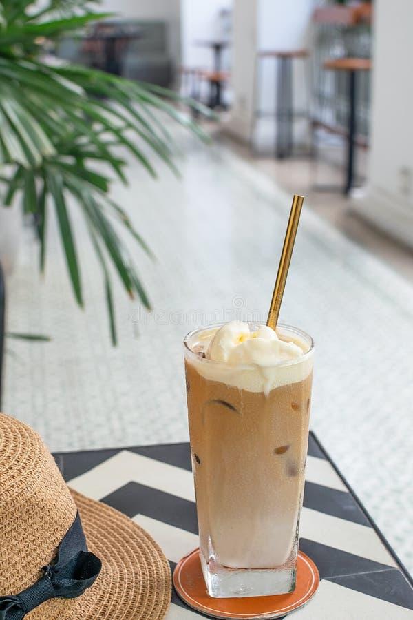 Centre sélectif de café glacé avec la paille à boire en métal réutilisable image stock