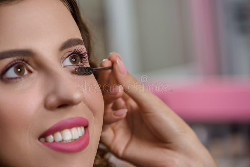 Centre sélectif de client obtenant le maquillage professionnel photo stock