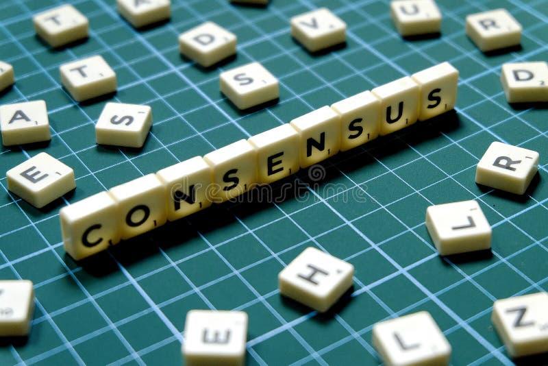 Centre sélectif de mot de consensus fait en bloc carré de lettre sur le fond carré vert de tapis images libres de droits