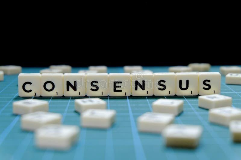 Centre sélectif de mot de consensus fait en bloc carré de lettre sur le fond carré vert de tapis photos stock