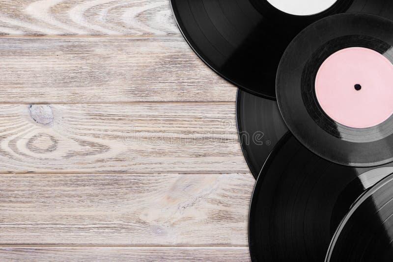 Centre sélectif des disques vinyle de vintage sur le dessus au-dessus de la table en bois Copiez l'espace image stock