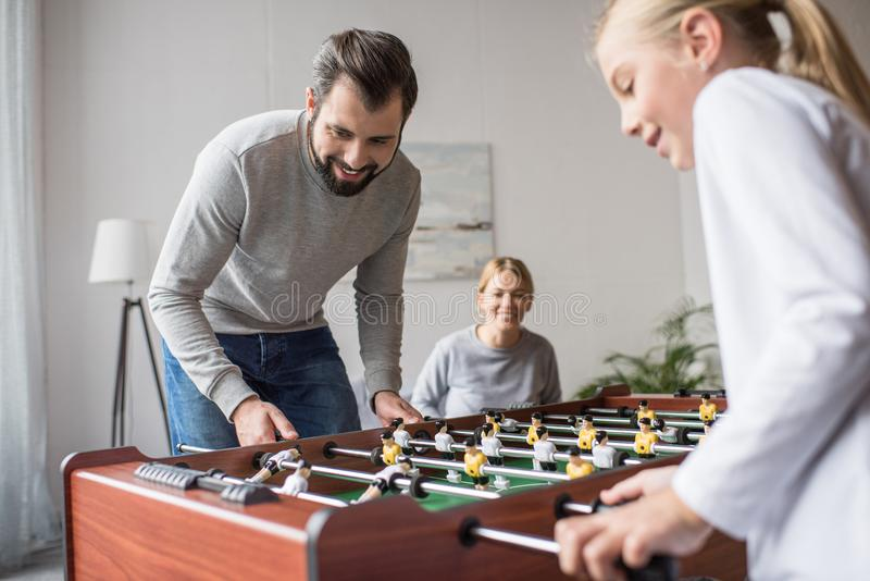 centre sélectif des parents et de l'enfant jouant le football de table ensemble photo libre de droits