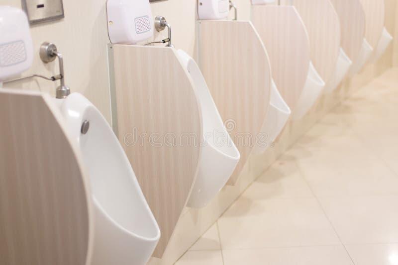 Centre sélectif des urinoirs dans la salle de bains images stock