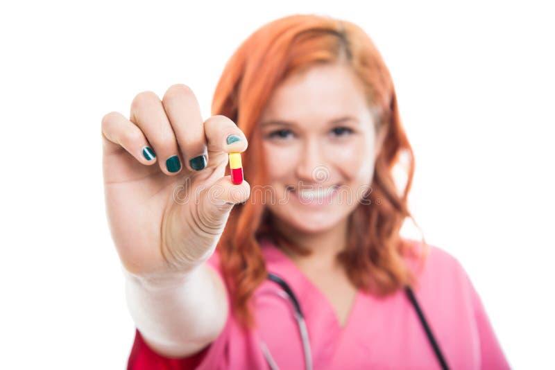 Centre sélectif du jeune docteur féminin montrant le double pil de couleur photo stock