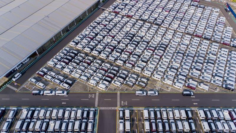 Centre serveur de distribution de voiture avec de nouvelles voitures de rangée images stock
