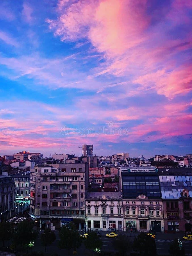 Centre-ville de Bucarest de coucher du soleil Roumanie photo libre de droits