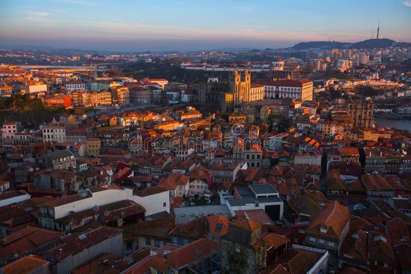 Centre ville de vue de s-oeil de ` d'oiseau le vieux de Porto au crépuscule image stock