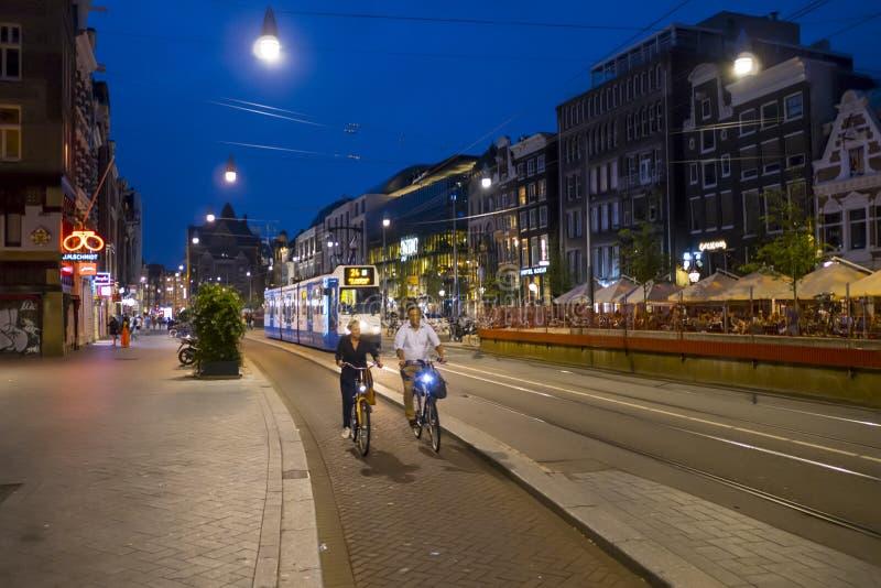 Centret av Amsterdam - gatasikt i aftonen - AMSTERDAM - NEDERLÄNDERNA - JULI 20, 2017 arkivfoto