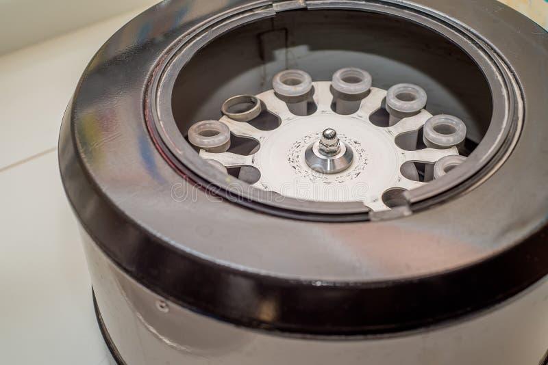 Centrifugadora electrónica moderna de la sangre en laboratorio foto de archivo