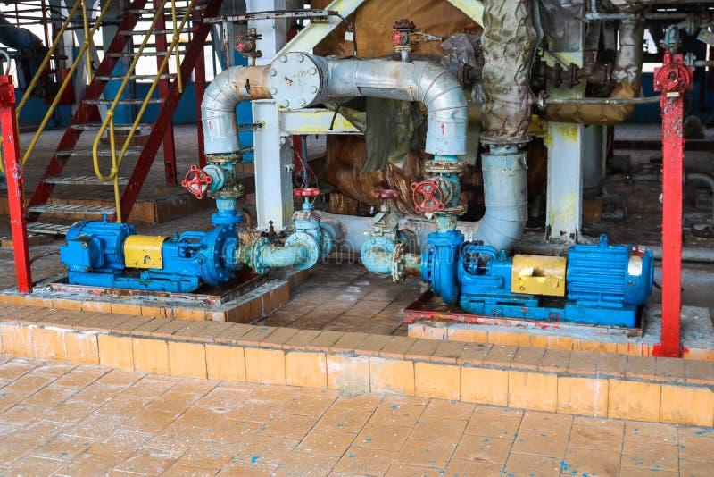 Centrifugala pumpar utrustning och r?r f?r j?rnmetall med fl?nsar och ventiler f?r att pumpa produkter f?r v?tskebr?nsle p? den i royaltyfria foton