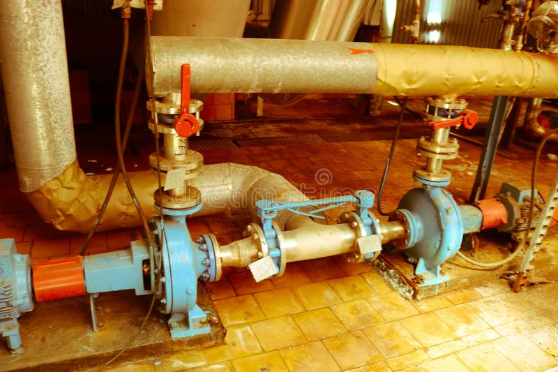 Centrifugala pumpar utrustning och r?r f?r j?rnmetall med fl?nsar och ventiler f?r att pumpa produkter f?r v?tskebr?nsle p? den i royaltyfri fotografi