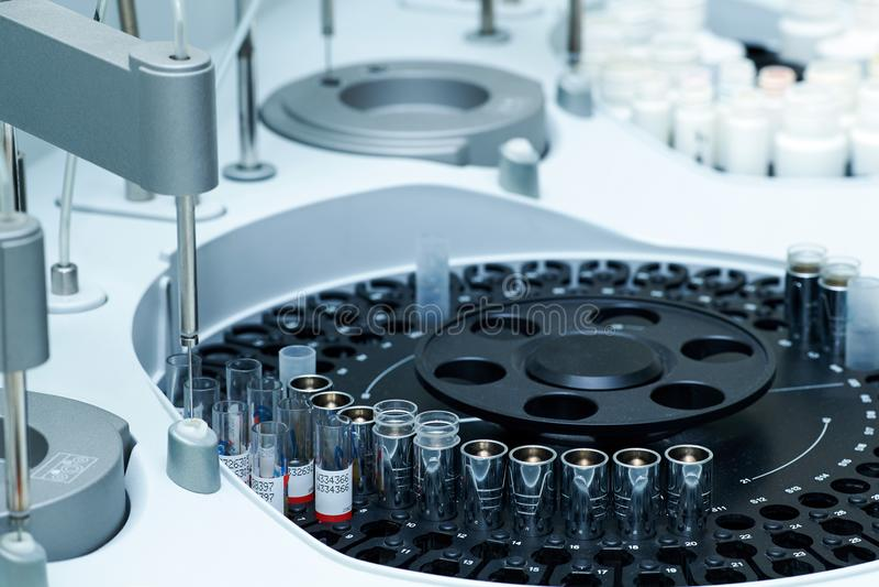 Centrifugeuse de laboratoire médical avec des tubes à essai avec le sang image libre de droits