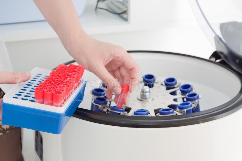 Centrifugeuse de sang dans la clinique médicale photos stock