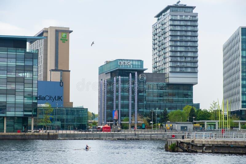 Centro BRITÂNICO da televisão e da emissão de rádio de Media City nos bancos do canal de navio de Manchester em Salford e em Traf fotografia de stock royalty free