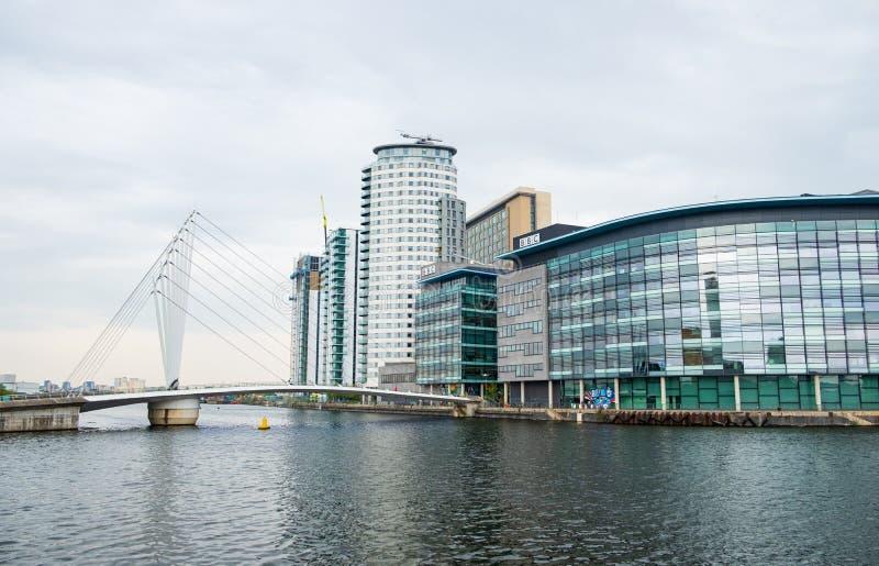 Centro BRITÂNICO da televisão e da emissão de rádio de Media City nos bancos do canal de navio de Manchester em Salford e em Traf fotografia de stock