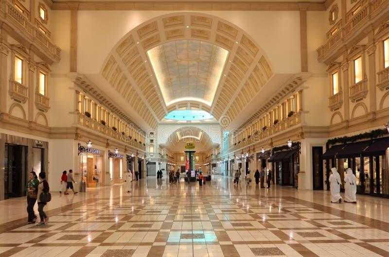 Centro comercial da alameda de Villaggio, Doha fotos de stock