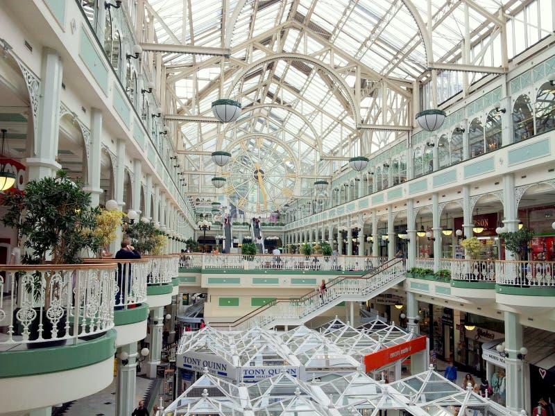 Centro comercial de Dublín con la azotea transparente imágenes de archivo libres de regalías