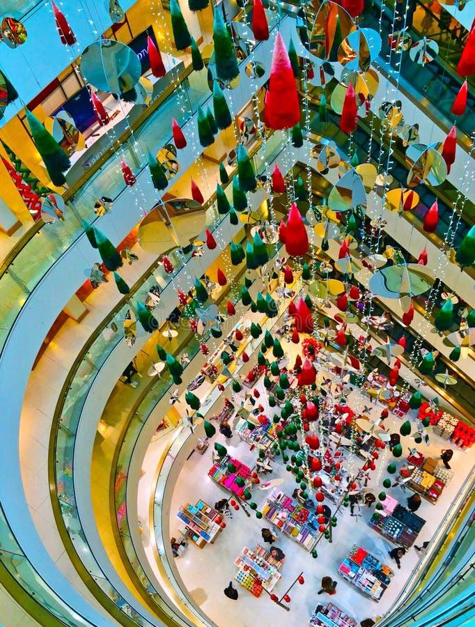 Centro comercial de las decoraciones de la Navidad imagen de archivo libre de regalías
