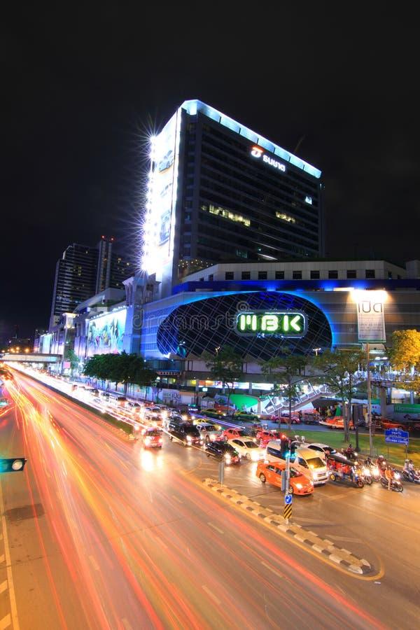 Centro comercial de MBK y semáforo del coche en el empalme Bangkok, Tailandia imagenes de archivo