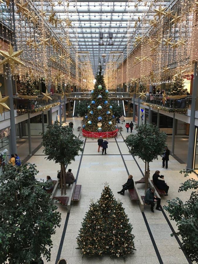 Centro comercial de Potsdamer Platz Arkaden en la decoración de la Navidad con el árbol de navidad, las guirnaldas y las luces en fotos de archivo