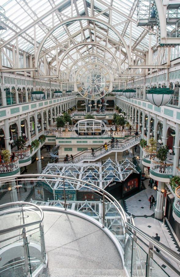 Centro comercial del verde interior de Stephen's con el tejado transparente imágenes de archivo libres de regalías