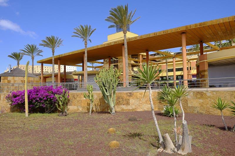 Centro comercial en Morro Jable Fueteventura, España - 25 06 2016 imagen de archivo libre de regalías