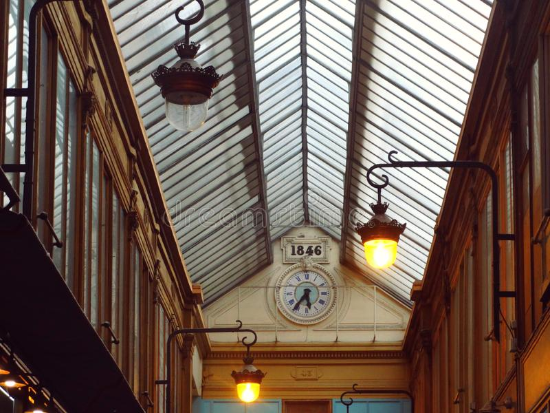 Centro comercial en París Europa con las lámparas y el reloj imagen de archivo libre de regalías