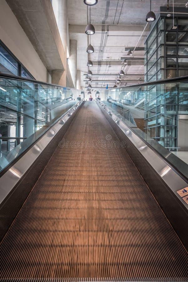 Centro comercial interior de la escalera de las escaleras móviles imagen de archivo