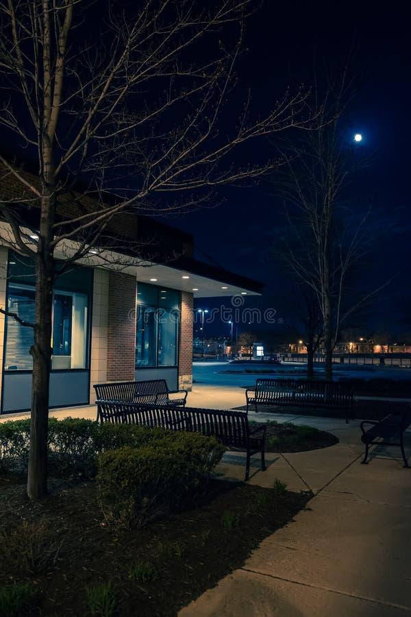 Centro comercial oscuro y vacío de las compras de la ciudad en la noche imagenes de archivo